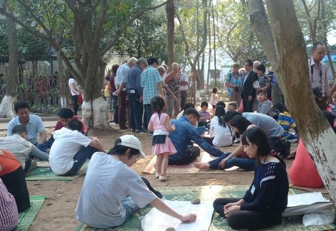 Các du khách nước ngoài cũng rất hứng thú với trò chơi này