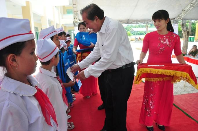 Phó Thủ tướng Trương Hòa Bình trao học bổng cho học sinh