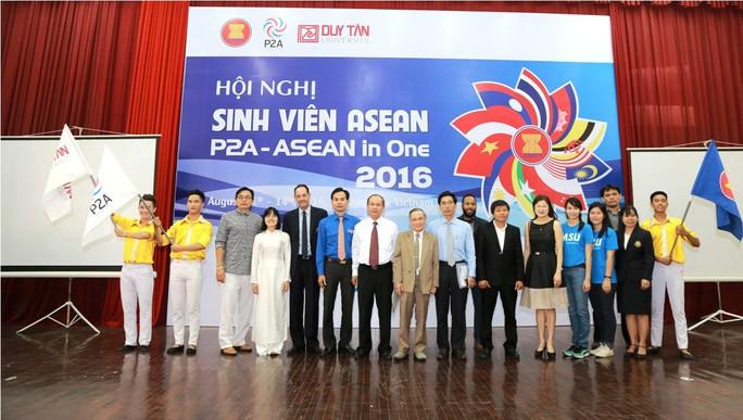 Đại diện SV Duy Tân nhận cờ của Hội các Trường đại học và Cao đẳng khối Asean.