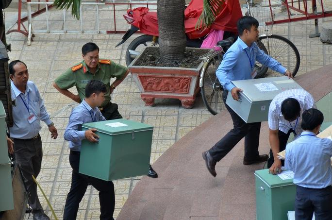 Chuẩn bị thùng đựng bài thi tại cụm thi Trường ĐH Sư phạm TP HCM Ảnh: TẤN THẠNH