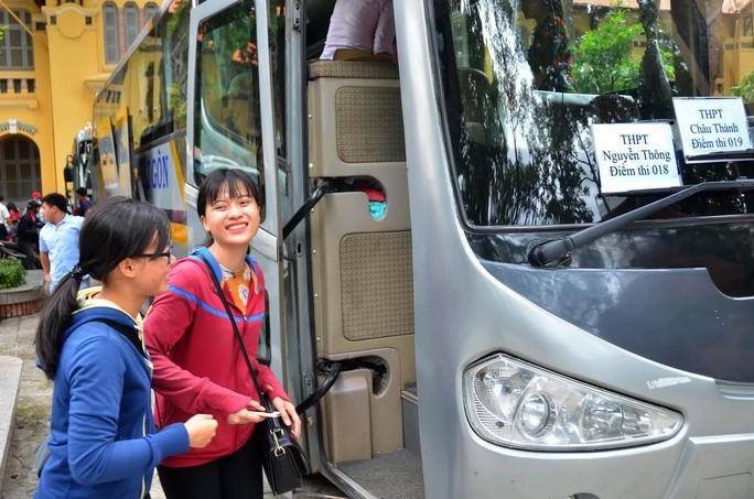 Cán bộ coi thi Trường ĐH Sài Gòn lên đường làm nhiệm vụ cho kỳ thi THPT quốc gia 2016 tại tỉnh Long An Ảnh: TẤN THẠNH
