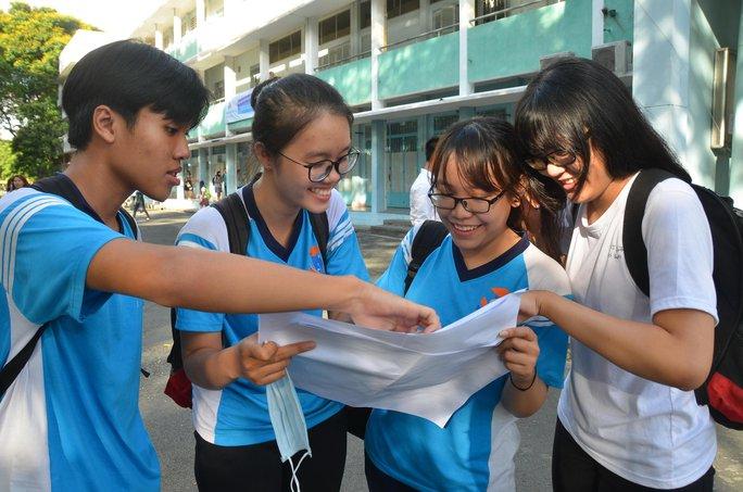 Thí sinh xem lại đề thi môn tiếng Anh tại điểm thi Trường ĐH Bách khoa TP HCM. Ảnh: Tấn Thạnh