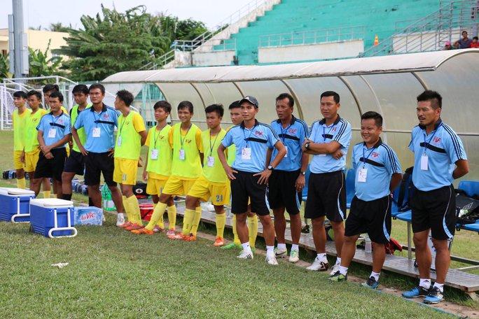 HLV Machinaka (bìa phải) cùng đội PVF ở Giải U15 quốc gia 2016