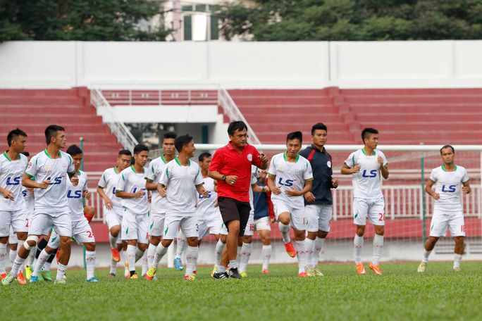 Ngọc Thọ (áo sậm) hướng dẫn các cầu thủ TP HCM trong một buổi tập