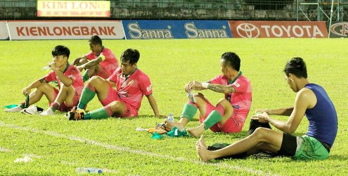 Các cầu thủ Đồng Tháp buồn sau khi chính thức rớt hạng Ảnh: Dương Thu