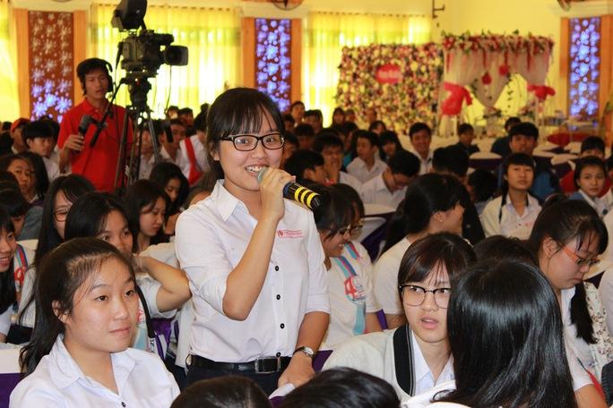 Học sinh TP Cam Ranh rất mạnh dạn đặt câu hỏi cho ban tư vấn Ảnh: Huy Lân