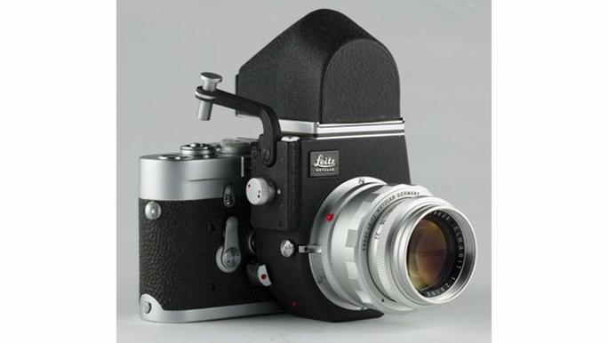 ...và bị biến thành máy ảnh gương lật SLR sau khi lắp phụ kiện Visoflex vào.