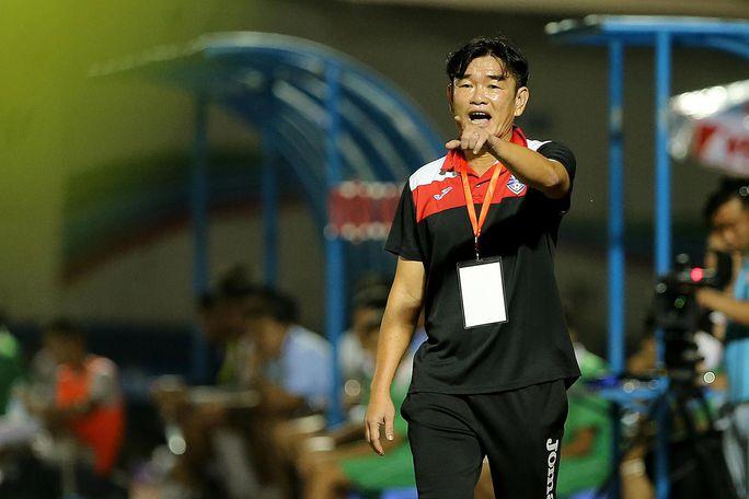 HLV Phan Thanh Hùng và các cầu thủ Than Quảng Ninh sẽ là tâm điểm khi tiếp FLC Thanh Hóa chiều tối 4-9 Ảnh: HẢI ANH