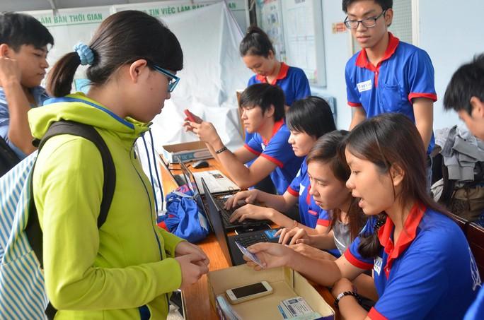 Sinh viên tình nguyện tại TP HCM sẵn sàng đón tiếp thí sinh Ảnh: TẤN THẠNH