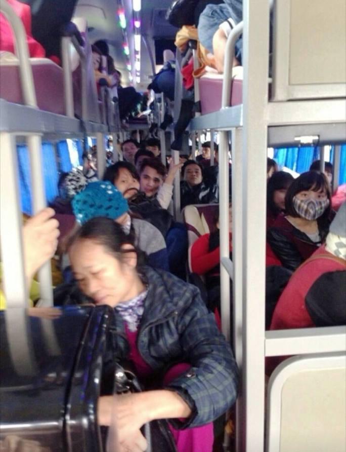 Một xe khách nhồi nhét người bị CSGT Ninh Bình phát hiện bắt giữ - Ảnh: CSGT cung cấp