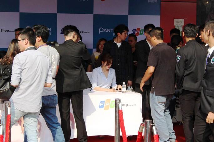 Nhiều bạn trẻ chờ đợi để xin chữ ký của các thành viên trong nhóm nhạc T-ara