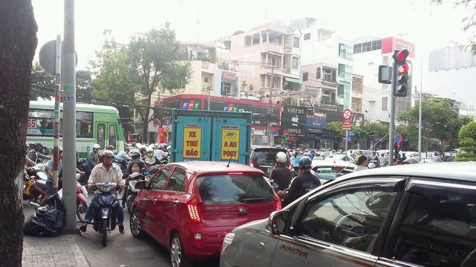 Kẹt xe nghiêm trọng tại ngã tư Cách Mạng Tháng Tám-Võ Văn Tần