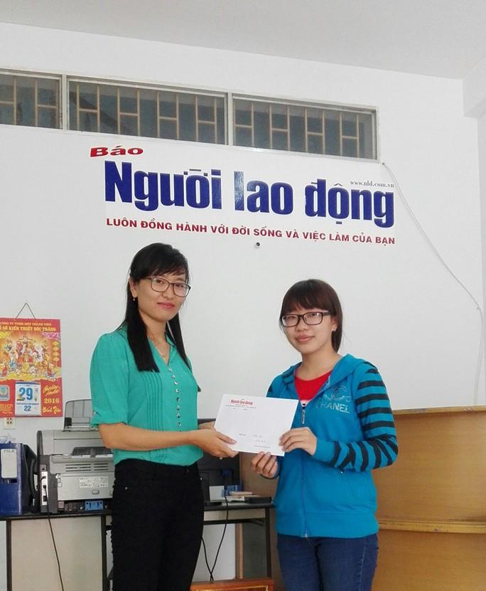 Dương Thị Bích Tuyền (phải) nhận giải ba dành cho bạn đọc tham gia bầu chọn Giải Mai Vàng 2015