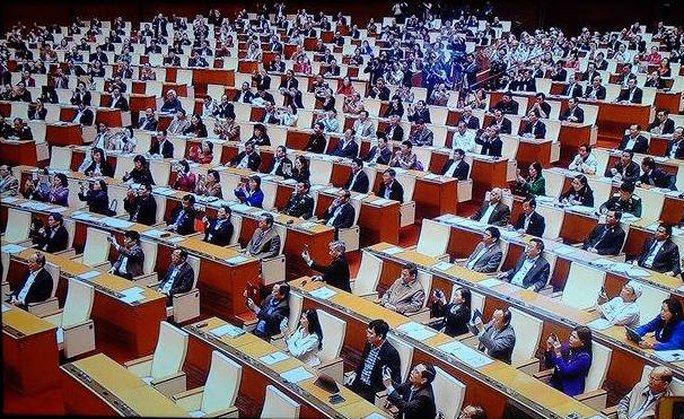 Các đại biểu lắng nghe lời tuyên thệ của tân Chủ tịch Quốc hội Nguyễn Thị Kim Ngân ngày 31-3 - Ảnh chụp qua màn hình