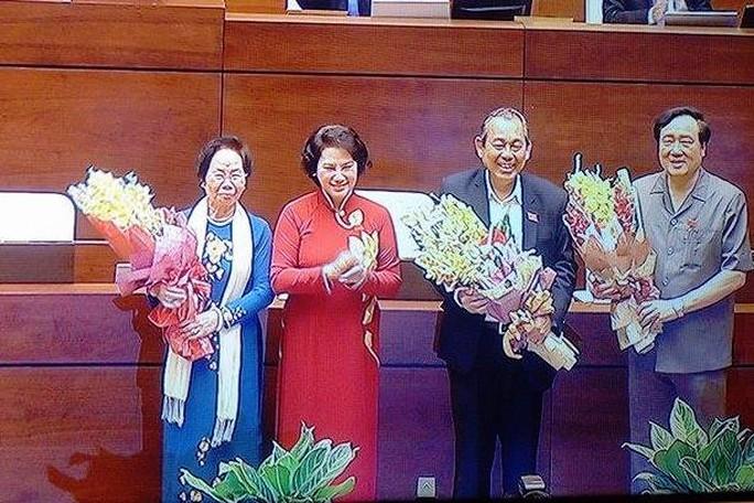 Chủ tịch QH Nguyễn Thị Kim Ngân tặng hoa bà Nguyễn Thị Doan (trái), ông Trương Hòa Bình (thứ hai từ phải qua) và ông Nguyễn Hòa Bình (phải) - Ảnh chụp qua màn hình