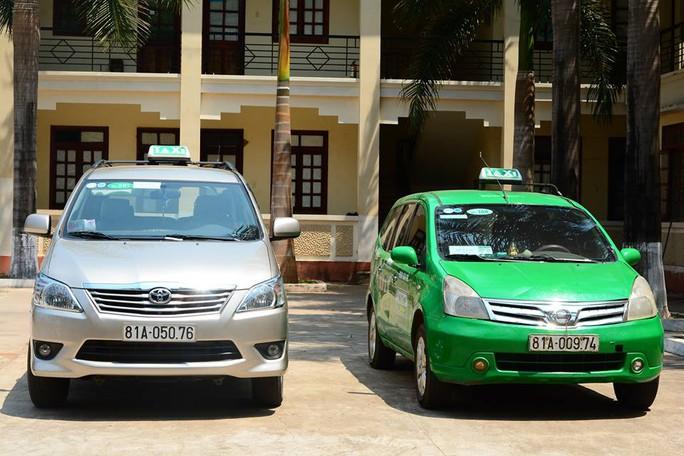 Hai chiếc xe taxi đang bị tạm giữ tại cơ quan công an