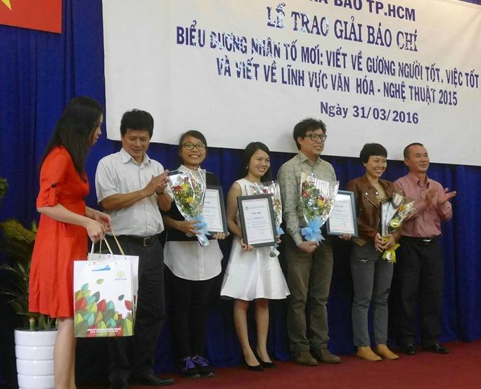 Các tác giả Thanh Hiệp, Thùy Trang, Minh Nga Báo Người Lao Động nhận giải nhì. Ảnh: Danh Phương