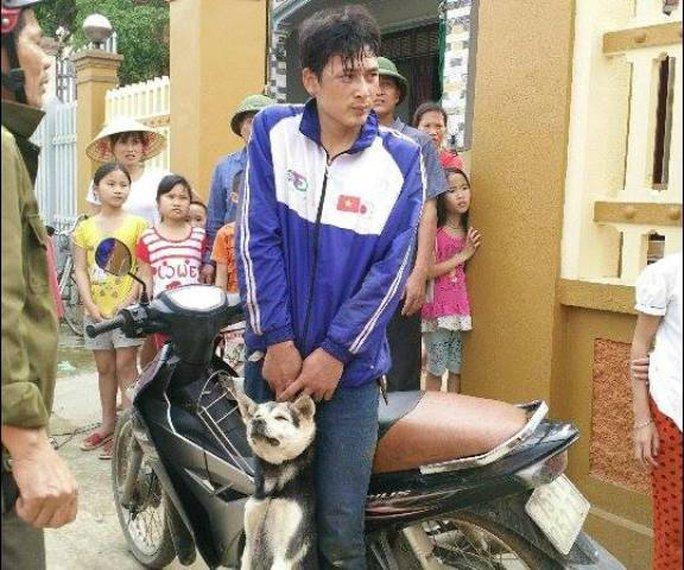 Kẻ trộm chó cùng tang vật bị người dân bắt giữ sau khi hung hãn đánh chủ nhà hòng bỏ trốn