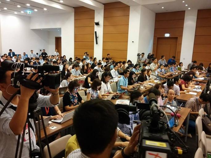 Hàng trăm nhà báo đã dự và đưa tin về buổi họp báo bế mạc QH