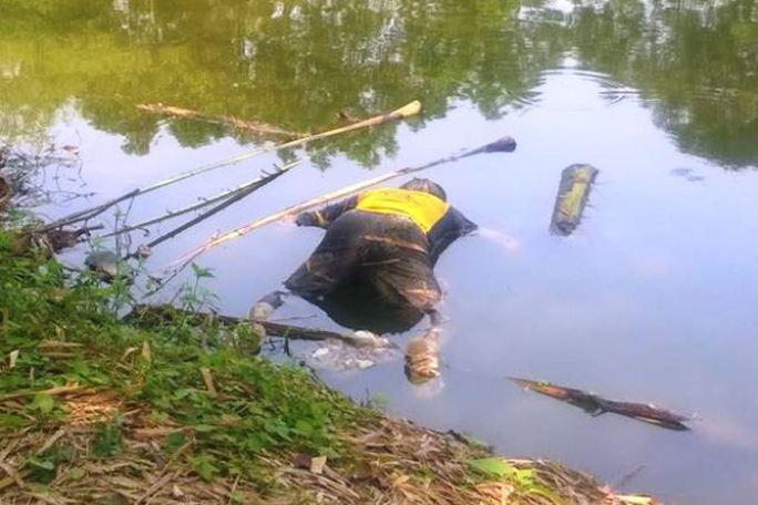 Thi thể người đàn ông trôi sông được người dân đi đổ rác phát hiện