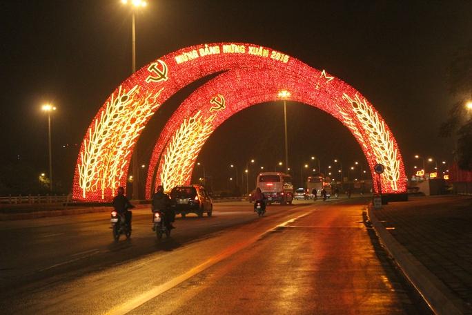 Đại lộ Thăng Long, trước cổng Trung tâm Hội nghị quốc gia Mỹ Đình lung linh về đêm