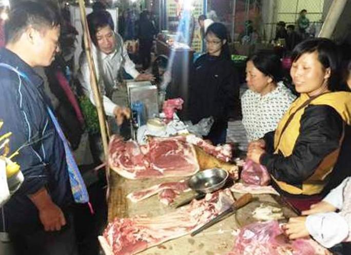 Thịt bò tươi là món hàng không thể thiếu ở chợ Viềng, tuy nhiên mức giá 300.000 đồng/kg khiến nhiều du khách cho rằng quá đắt