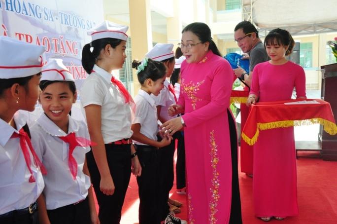 Phó Chủ tịch LĐLĐ TP HCM Nguyễn Thị Bích Thủy trao học bổng cho học sinh