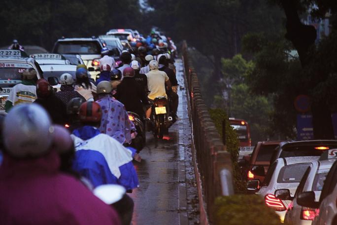 Tình trạng kẹt xe trên đường 3 tháng 2 kéo dài từ vòng xoay Dân Chủ (quận 3) đến cầu vượt Cây Gõ (quận 11). Tình trạng giao thông hỗn loạn, kẹt cứng khắp nơi kể cả trên cầu vượt lẫn dưới cầu.