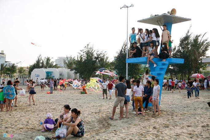 Tại khu vực quan sát, các bạn trẻ chen chân chụp ảnh và ngắm biển.
