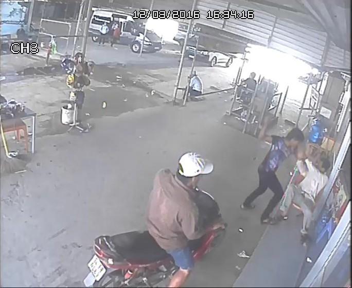 Bọn côn đồ vây đánh ông Trần Văn Thông. (Ảnh cắt từ camera an ninh)