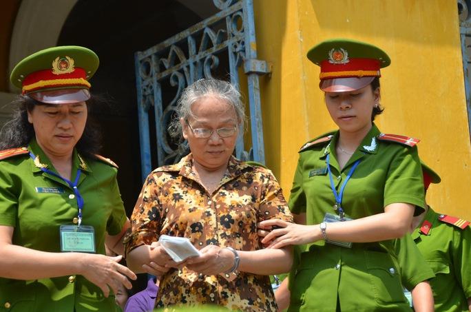 Dẫn giải bị cáo Ngô Thị Minh Ước về trại giam Ảnh: TẤN THẠNH