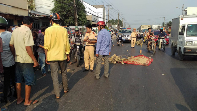 Hiện trường vụ xe container cán chết người trên Quốc lộ 1 (tỉnh Đồng Nai) ngày 12-4