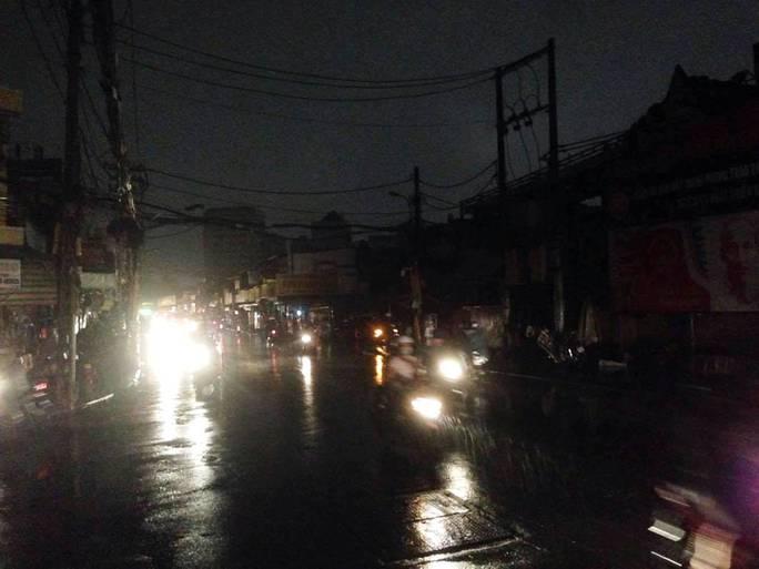 Mưa xuất hiện trên đường Nguyễn Văn Nghi (trước Trường ĐH Công Nghiệp TP HCM, quận Gò Vấp). Ảnh chụp lúc 19g45 ngày 27-4.