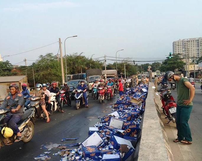 Hàng trăm thùng bia đổ tràn xuống đường