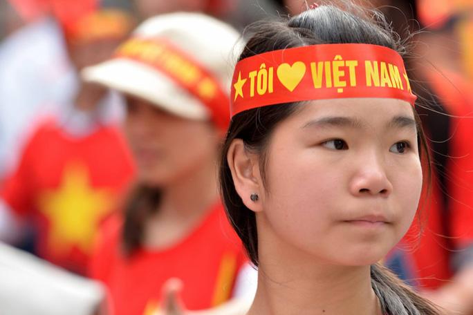 Một thiếu nữ Việt Nam sống tại Nhật Bản hô to khẩu hiệu: :Hoàng Sa, Trường Sa là của Việt Nam .Trung Quốc hãy nhanh chóng rút ra khỏi Việt Nam