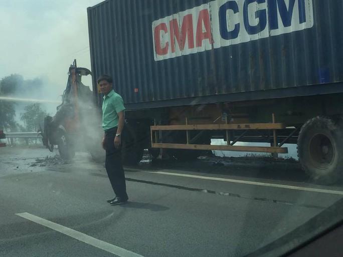 Tài xế kịp lao ra khỏi xe cháy trên đường cao tốc
