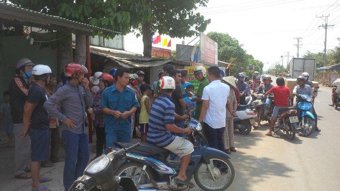 Lực lượng dân phòng, người dân thăm hỏi về vụ việc