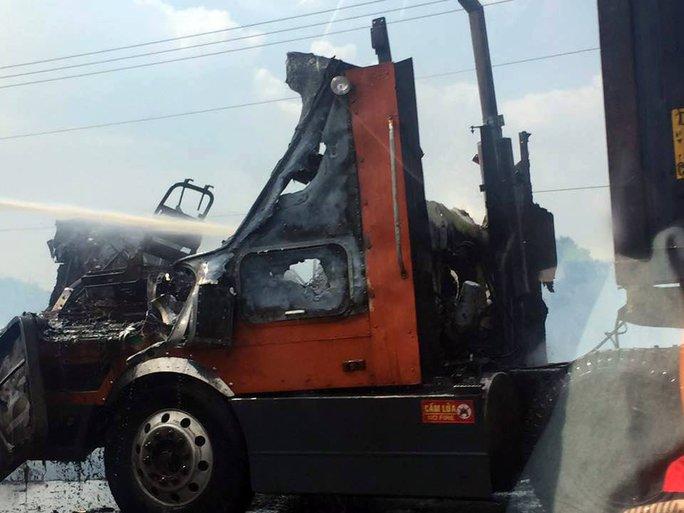 Phần đầu xe container bị thiêu rụi sau khi tài xế kịp thoát trong gang tấc