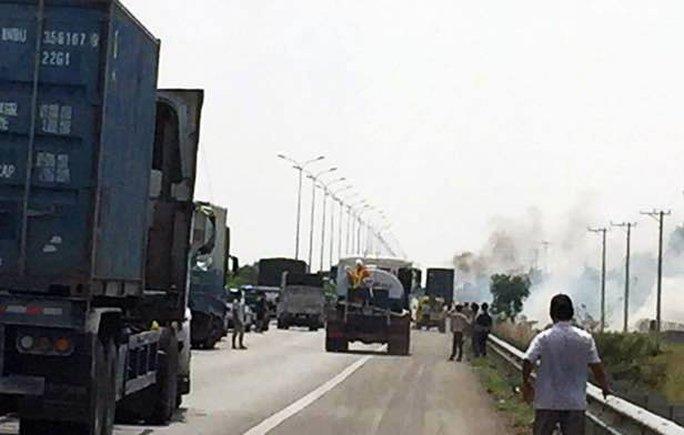 Vụ cháy đã khiến giao thông trên cao tốc ùn tắc