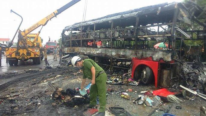 Vụ tai nạn kinh hoàng làm 12 người chết, 40 người khác bị thương (Ảnh: H.Thịnh)