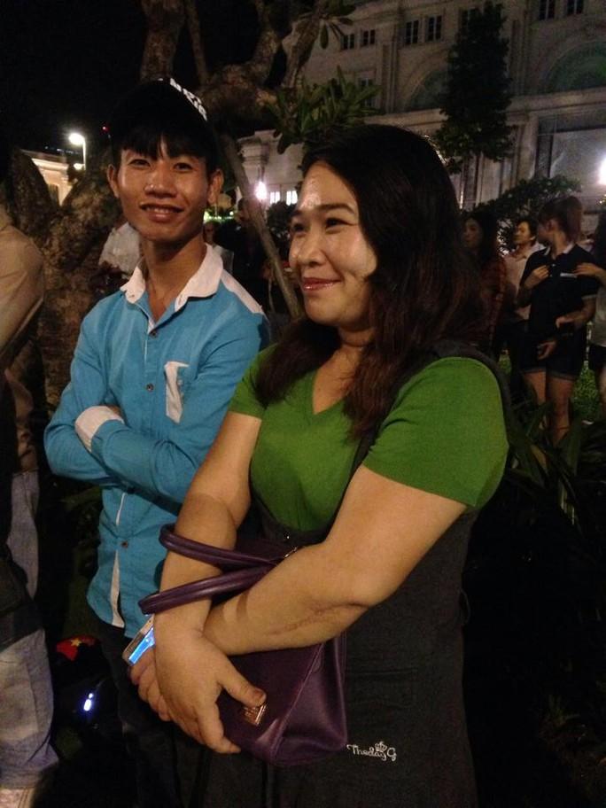 Chị Phan Trần Minh Trí (ngụ quận Bình Thạnh) cũng quyết chờ vì thấy tống thống gần gũi đáng kính và là một người đối nhân xử thế tốt. Tôi thần tượng ngài ấy và quyết tâm chờ được gặp ngài mới thôi.