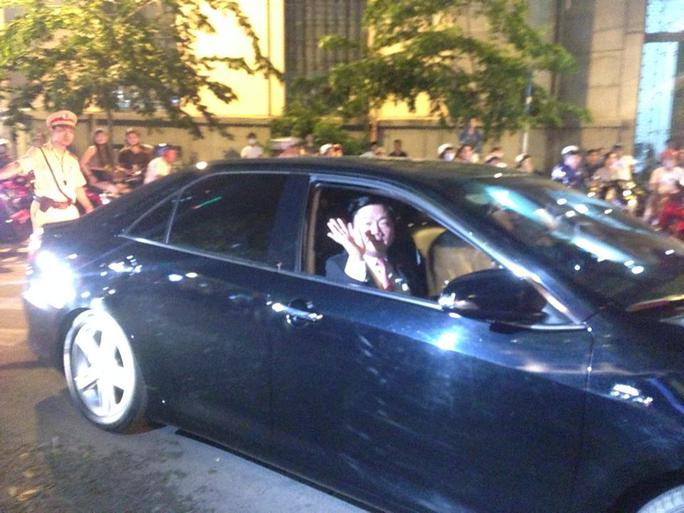 Hơn 22 giờ, Bí thư Thành ủy TP HCM rời tòa nhà Bitexco và vẫy tay chào người dân TP. Ảnh: S.Hưng