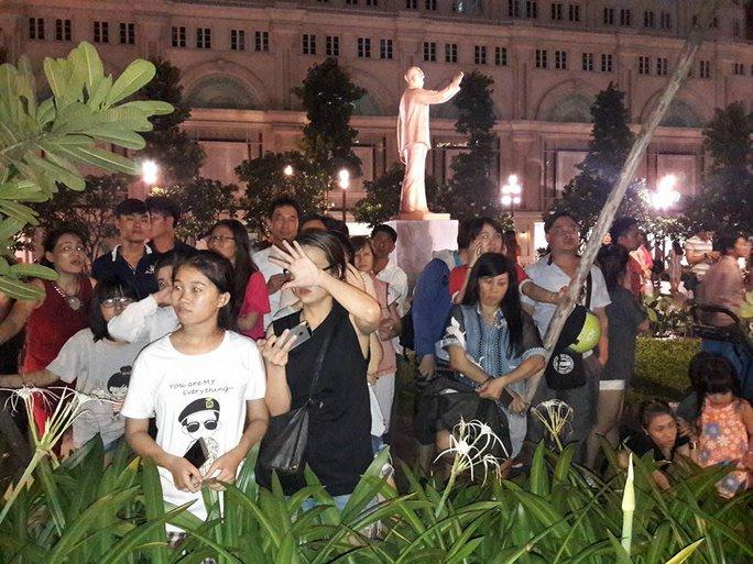 Nhiều người đứng trước Khách sạn Rex, hy vọng được thấy Tổng thống Obama