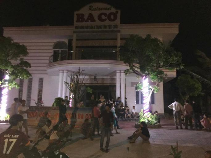 Người nhà nạn nhân vây nhà hàng yêu cầu có trách nhiệm với sự cố đau lòng đã xảy ra Ảnh: facebook