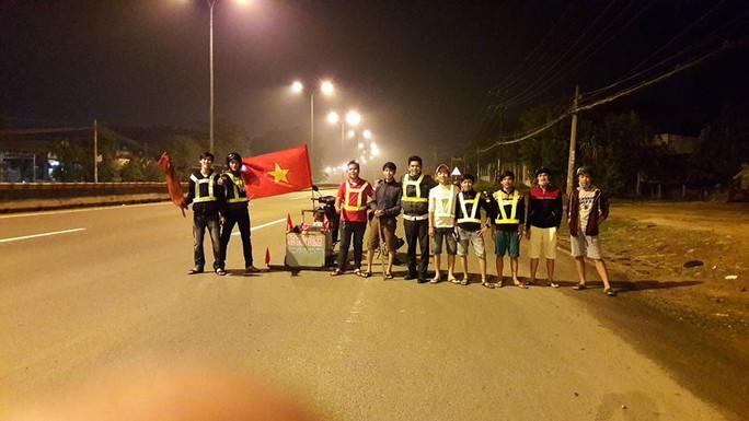 Một đội gồm các bạn trẻ đã tự nguyện nhặt hút đinh trong đêm