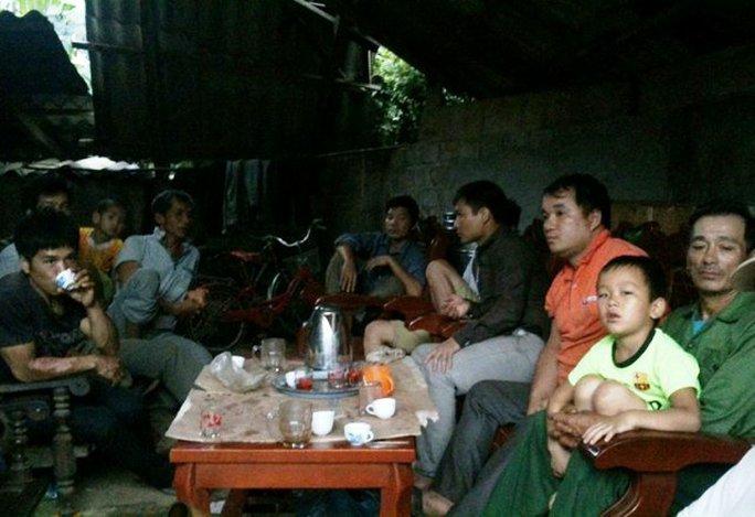 Người thân của anh Khà Văn Huyền đang tập trung để chuẩn bị lo hậu sự cho anh