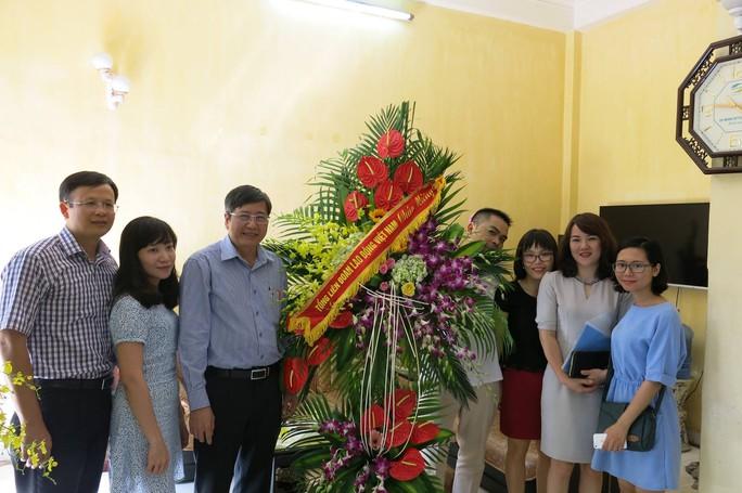 Phó Chủ tịch Thường trực Tổng LĐLĐ Việt Nam Trần Thanh Hải (thứ ba thừ trái qua) đến thăm, chúc mừng Báo Người Lao Động tại Văn phòng đại diện tại Hà Nội.