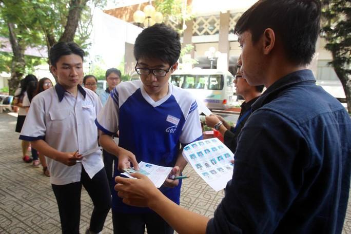 Kiểm tra thẻ dự thi trước khi vào phòng thi môn ngoại ngữ, tại điểm thi Trường ĐH Khoa học Tự nhiên TP HCM. Ảnh: Hoàng Triều