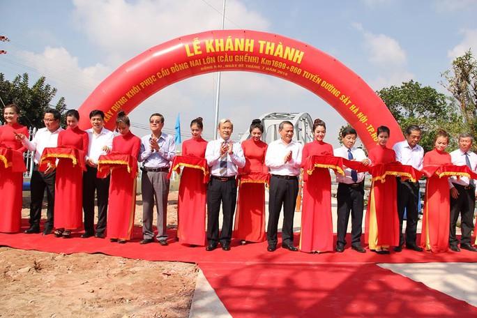 Sau 3 tháng với nhiều nỗ lực, cầu mới chính thức khánh thành vào 9 giờ ngày 2-7