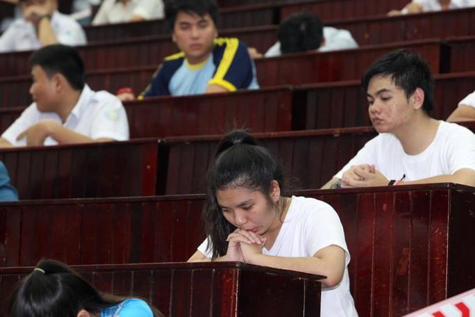 Thí sinh tỏ ra lo lắng khi dự thi tại hội trường lớn, thuộc điểm thi Trường ĐH Khoa học Tự nhiên TP HCM. Ảnh: Hoàng Triều